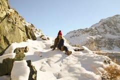A moça vai para baixo com montanha Fotografia de Stock