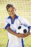 Moça vestida no futebol Kit Standing By Goal fotos de stock