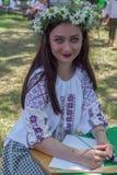 A moça vestiu-se na blusa romena tradicional chamada IE fotos de stock