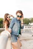 Moças bonitas no parque da cidade Imagens de Stock