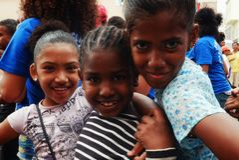 moças bonitos que apreciam o festival na rua fotos de stock