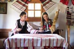 Moças com o traje tradicional romeno fotos de stock royalty free