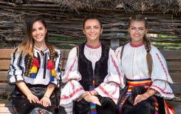 Moças com o traje tradicional romeno fotos de stock
