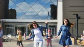 Moças do movimento lento corridas ao longo da fonte de aumentação no parque video estoque