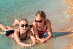 Moças felizes no banho de sol do beira-mar Imagem de Stock