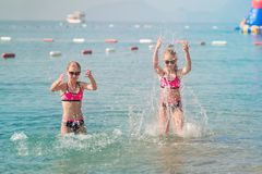 Moças felizes no banho de sol do beira-mar Fotografia de Stock Royalty Free