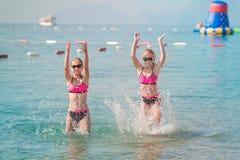 Moças felizes no banho de sol do beira-mar Imagens de Stock