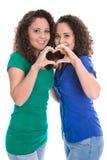 Moças felizes que fazem o coração com mãos: irmãs gêmeas reais Imagens de Stock Royalty Free