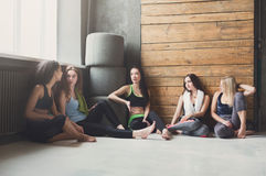 Moças no sportswear que tem o resto após o treinamento da aptidão foto de stock