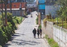 Moças que andam abaixo da estrada guatemalteca Fotos de Stock Royalty Free