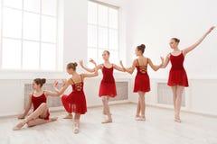 Moças que dançam o bailado no estúdio fotografia de stock royalty free