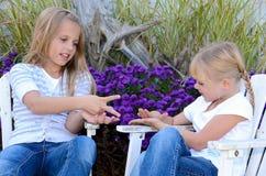 Moças que jogam o jogo da mão imagens de stock royalty free