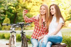 Moças que relaxam após a equitação da bicicleta Imagem de Stock Royalty Free