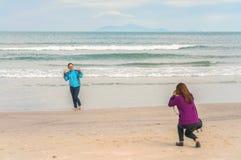 Moças que tomam fotos na praia Danang de China Fotos de Stock