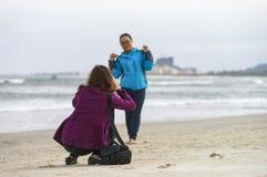 Moças que tomam fotos na praia Danang de China Foto de Stock Royalty Free