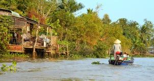 Może Tho, Wietnam - 5 Marzec 2015: Kobiety chodzenie wioślarską łodzią pospolity transportu sposób wieśniacy w Mekong delcie Fotografia Stock