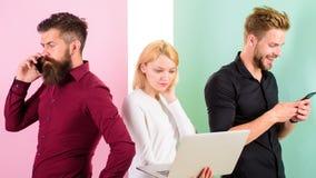 Możesz wyobrażać sobie nowoczesne życie bez elektronika ty Mężczyzna i kobieta cieszą się przewagi praca z gadżetami i internetem obrazy royalty free