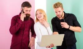 Możesz wyobrażać sobie nowoczesne życie bez elektronika ty Mężczyzna i kobieta cieszą się przewagi praca z gadżetami i internetem fotografia royalty free