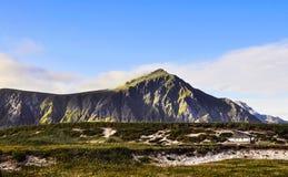 Można góra, niebieskie niebo i podróż samochód, Zdjęcie Royalty Free