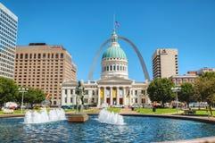 街市圣路易斯,与老法院大楼的MO 免版税库存图片