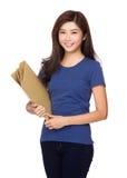 Mão asiática da mulher que guarda com pasta de arquivos Imagens de Stock Royalty Free