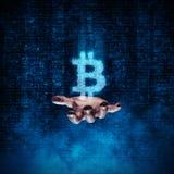 Mão binária do bitcoin Fotos de Stock