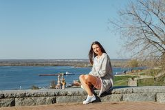 Mo?a bonita que senta-se na terraplenagem do Rio Volga imagem de stock royalty free