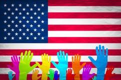 Mão com bandeira dos EUA Bandeira dos EUA do Grunge americano, América, símbolo, nacional, fundo, Imagens de Stock