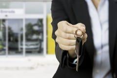 Mão com uma chave do carro Fotos de Stock Royalty Free