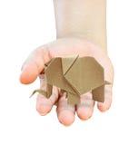 A mão cura elefantes de um origami recicl o papel Fotos de Stock Royalty Free