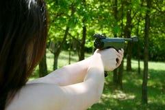 Mão da mulher que aponta o injetor pneumático Fotografia de Stock
