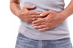 Mão do ancião que guarda o estômago que sofre da dor, diarreia, i Foto de Stock