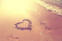 Mão do coração tirada na areia ensolarada Fotografia de Stock Royalty Free