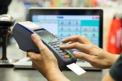 A mão do homem com furto do cartão de crédito através do terminal Fotos de Stock Royalty Free