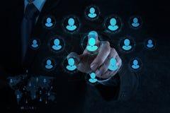 A mão do homem de negócios aponta recursos humanos, CRM e meios sociais Imagens de Stock Royalty Free