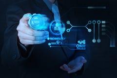 Mão do homem de negócios que empurra o botão da nova tecnologia no comput moderno Fotos de Stock