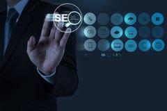 Mão do homem de negócios que mostra a otimização SEO do Search Engine Fotos de Stock Royalty Free