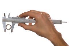 Mão do homem que mede com feixe-compasso Fotografia de Stock Royalty Free