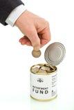 Mão do homem sênior que põr a moeda na caixa de pensões Imagem de Stock