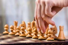 Mão do jogador de xadrez com penhor Fotografia de Stock Royalty Free