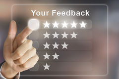 Mão do negócio que empurra seu feedback na tela virtual Imagem de Stock