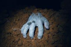 Mão do zombi que sai de sua sepultura Foto de Stock Royalty Free