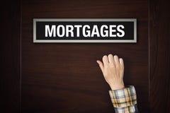 A mão está batendo na porta das hipotecas Fotos de Stock Royalty Free