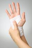 Mão ferida com atadura Imagens de Stock