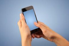 Mão fêmea que guardara Smartphone Fotografia de Stock