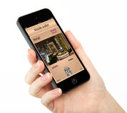 Mão isolada da mulher que guardara o telefone com uma carteira e um p móveis Foto de Stock