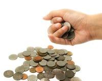 A mão isolada obtém moedas do dinheiro Imagens de Stock