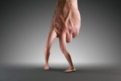 Mão masculina com pés Foto de Stock Royalty Free