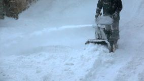 Mo materiał filmowy Snowblower czysty śnieg od chodniczka w zimie zbiory wideo