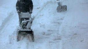 Mo materiał filmowy Snowblower czysty śnieg od chodniczka w zimie zdjęcie wideo